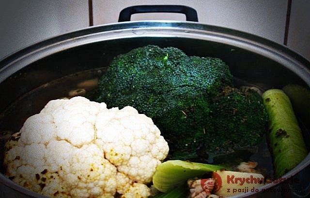 Kalafior i brokuł w zupie warzywnej