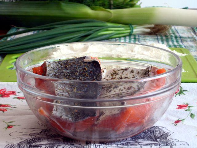 Przyprawione filety Łososia w tle por, szczypior, mąka