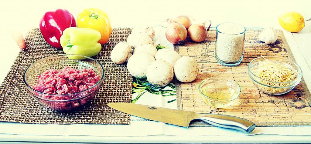 Składniki - faszerowana papryka: mięso mielone, papryki, pieczarki, cebula, ryż, makaron, czosnek, cytryna