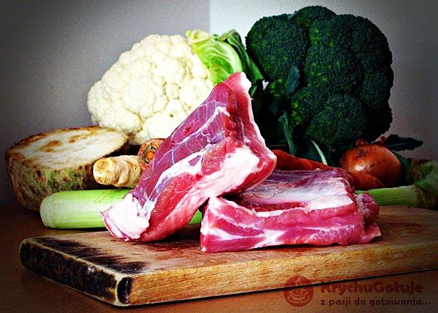 Składniki na zupę warzywną na żeberkach, kalafior, brokuł, seler, marchew, por, pietruszka, cebula