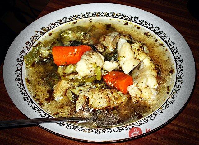 Zupa warzywna na żeberkach z chlebem