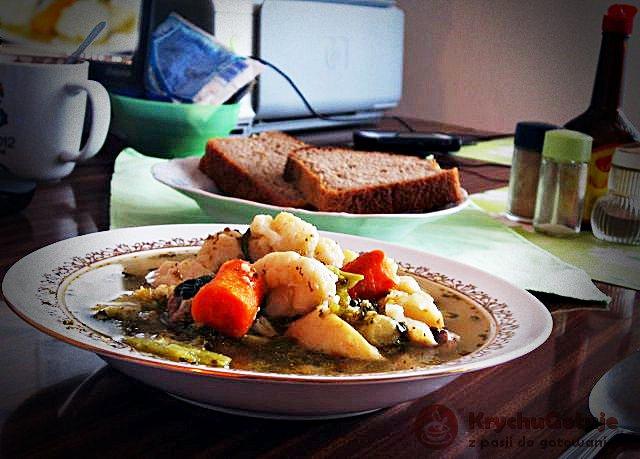 Zupa warzywna na żeberkach w talerzu z chlebem