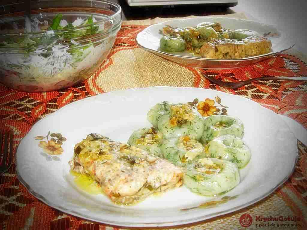 Kluski śląskie z łososiem w sosie cytrynowym i surówką z sałaty i rzodkiewki.